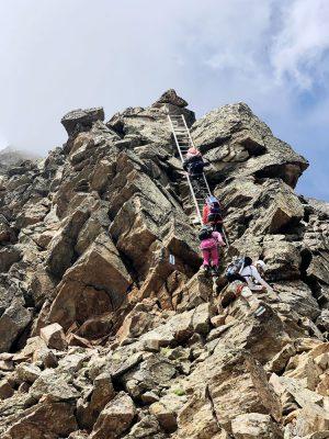 Bergsteigergruppe auf Leiter, Schweiz