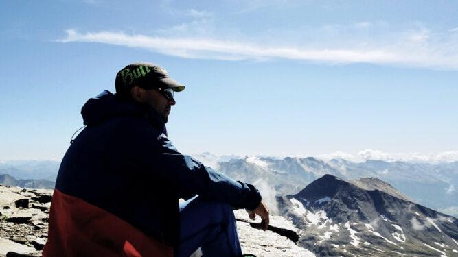Bergführer genießt Ausblick, Hohe Tauern