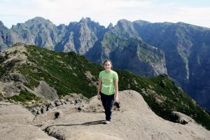 ASI-Mitarbeiterin vor Bergpanorama