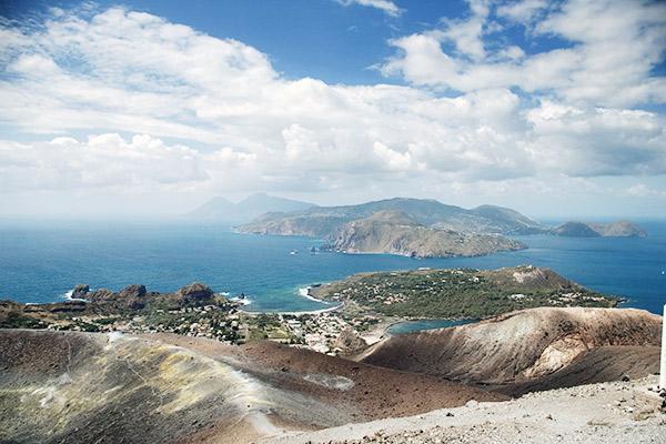 Blick von Vulcano auf Lipari und Sizilien