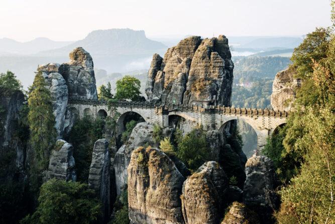 Steinbrücke über der Felsformation der Bastei, Deutschland