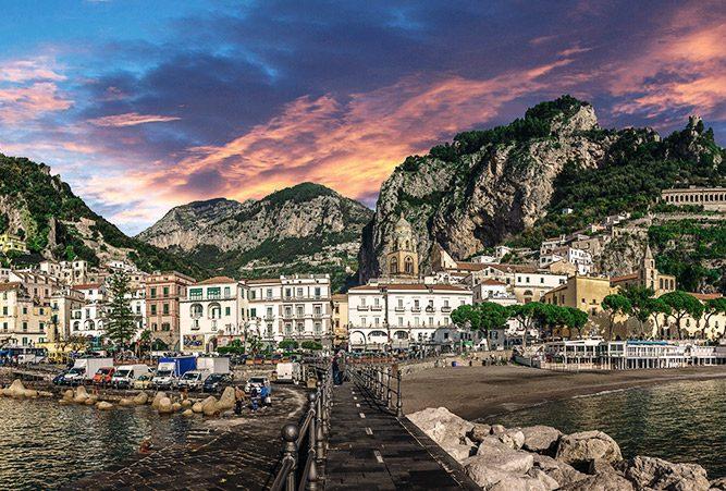Blick auf Amalfi, Küstenstadt mit entzückenden Häusern unter Abendhimmel