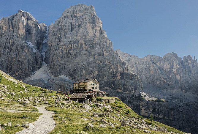Hütte vor Gebirgsmassiv der Brenta