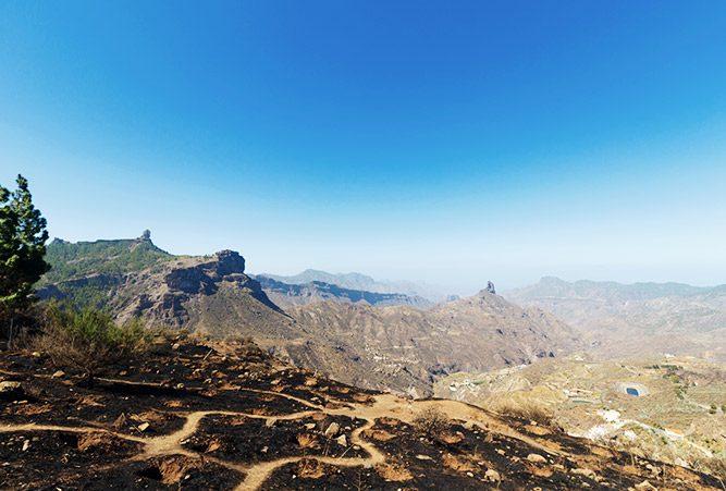 Blick auf Roque Nublo auf Gran Canaria nach Waldbrand in August 2019