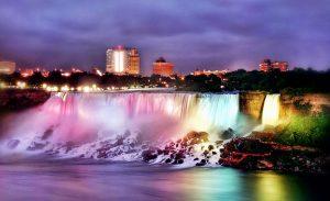 Bunt beleuchtete Niagarafälle, Ontario, Kanada