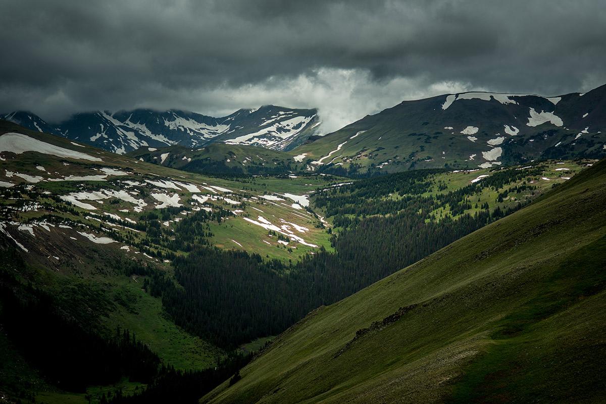 Sturm- und Gewitterwolken über den Bergen
