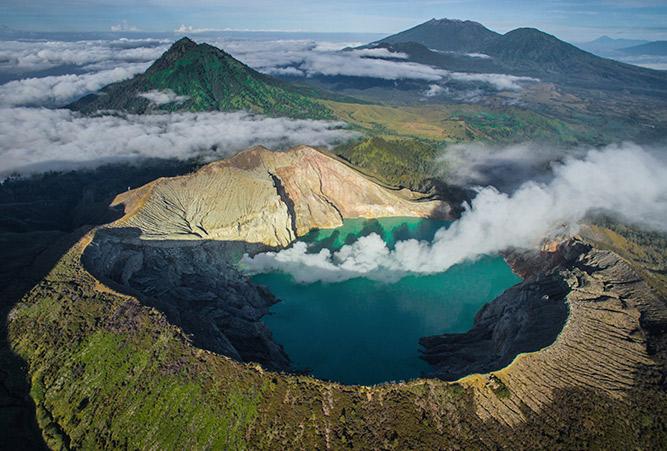 Der Blaue Vulkan Ijen auf der Insel Java aus der Vogelperspektive.