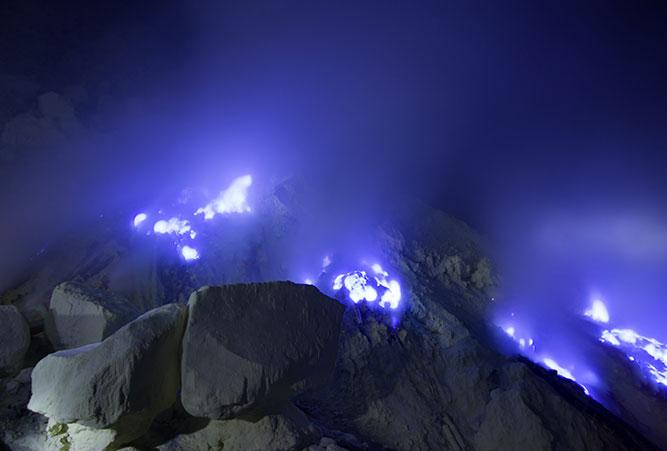 Die blaue Lava bei Nacht.