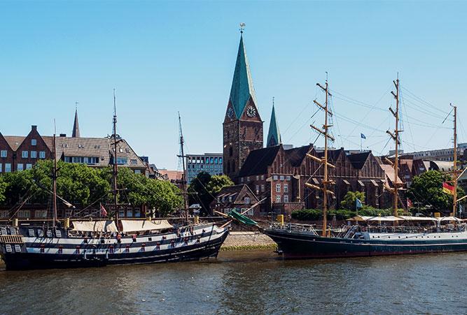 Blick auf die Weser und die St. Martini Kirche in Bremen