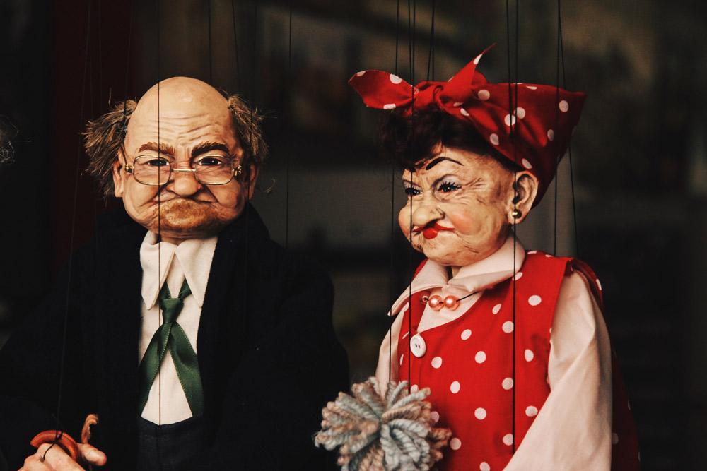 zwei Puppen an Fäden, ältere Figuren