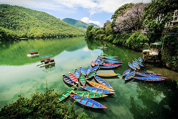 Bunte Boote am Phewa See, Nepal