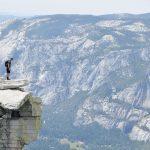 Mann steht am Rande einer Schlucht im Yosemite Nationalpark. © Cam Adams