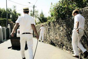 Männer in weißer Kleidung
