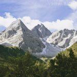 Hohe Berggipfel mit Schnee in den Rinnen