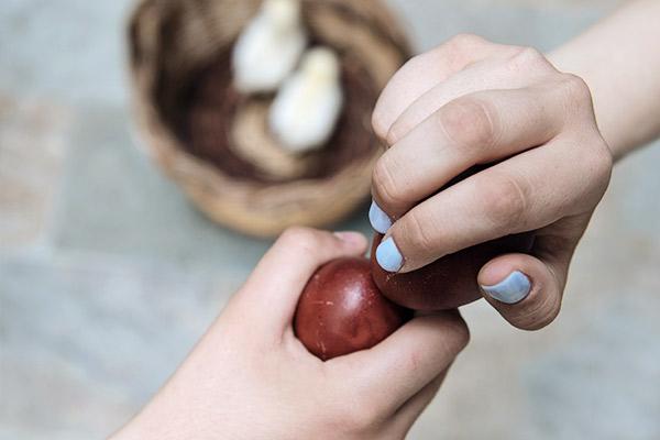 Zwei rot gefärbte Eier werden aneinandergestoßen, Griechenland