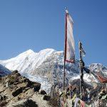 Gebetsfahnen neben Wanderpfad, Nepal