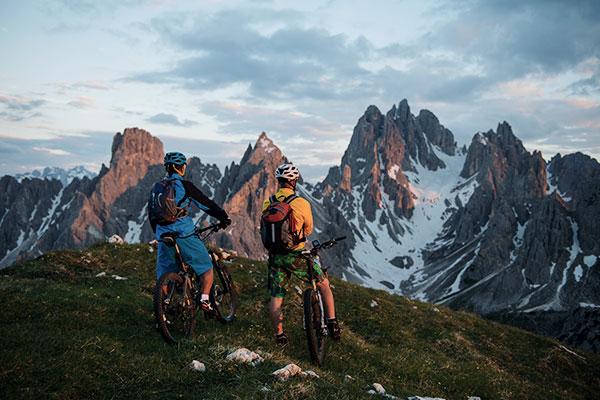 radfahrer berge bergspitze