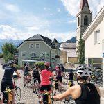 Gruppe Fahrradfahrer fährt in Stadt los.