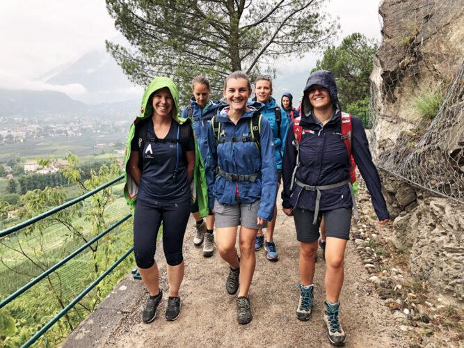 Gruppe von Wanderern mit Regenjacken.