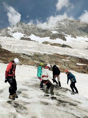 Bergsteigerinnnen mit Steigeisen auf Schnee, Schwiez