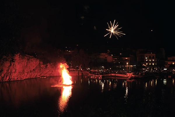 Feuerwerk über dem Vouslismeni See auf Kreta, Griechenland
