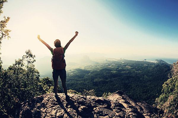 Motivierte Frau auf Berg
