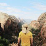 Mann mit Hut, atemberaubender Ausblick, Zion Nationalpark. © George Stackpole