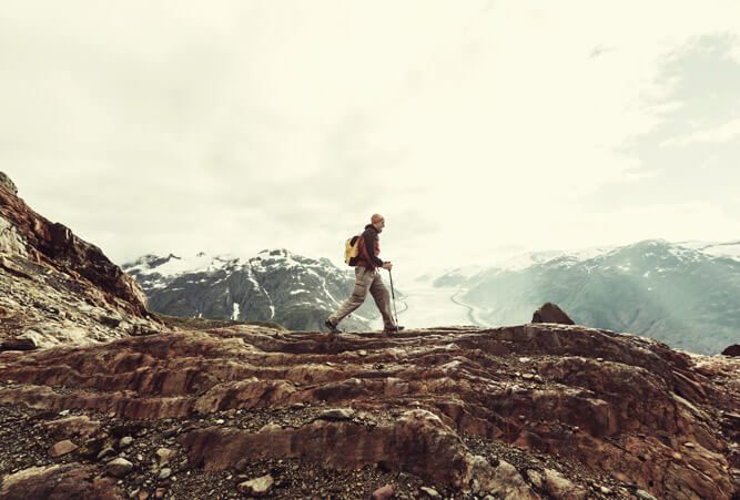 Männlicher Wanderer in den kanadischen Bergen