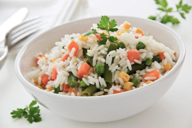 Reis mit Gemüse in einer Schüssel