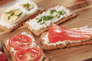 Bestrichene Brote mit Lachs und Tomaten