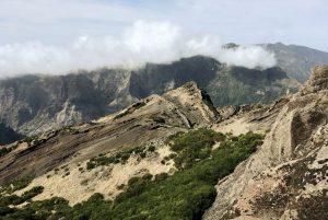 Wolken hängen in den Bergspitzen
