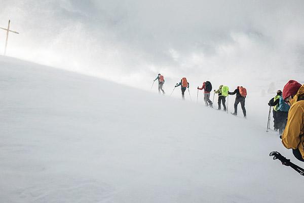 Wandergruppe mit Schneeschuhen, Dolomiten