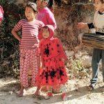 Kinder in roten Kleidern, Nepal