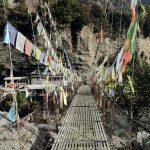 Hängebrücke mit Gebetsfahnen. Nepal