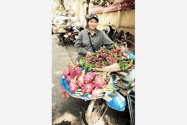 Marktverkauf am Fahrrad in Hanoi