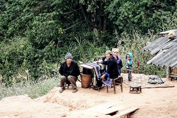 Frauen sitzend Heimarbeit, Vietnam