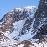 Berg mit Schneefeldern.
