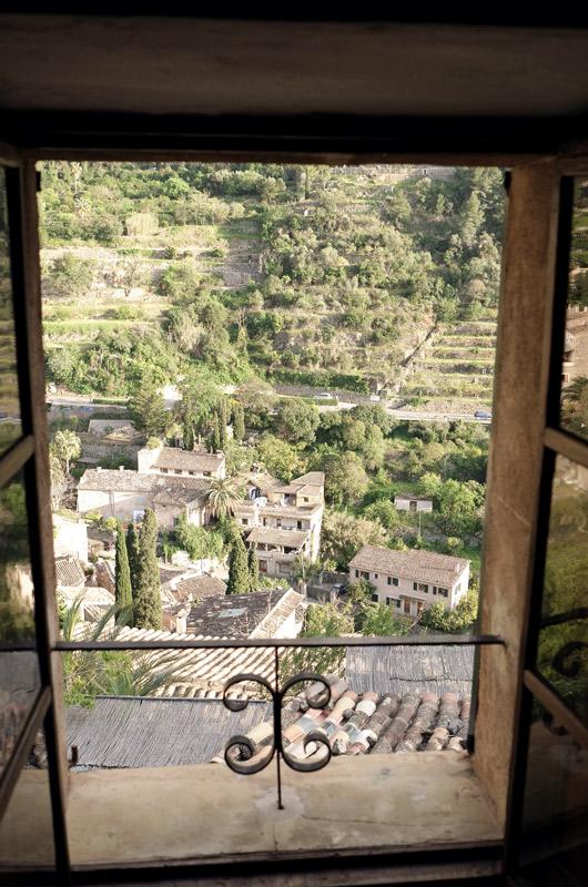 Blick auf altertümlichen Fenster hinunter auf Häuser. Viele Bäume