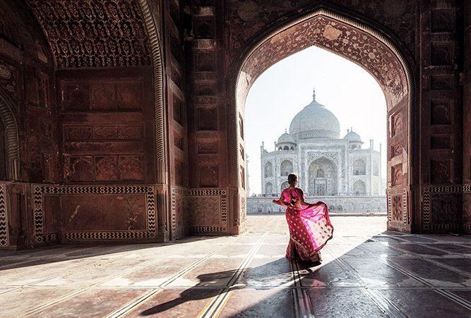 Eine Frau steht in einem Sari in einem Tempel in Indien