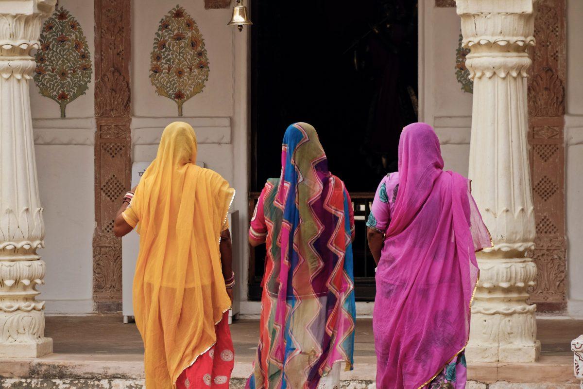 Drei Frauen, die einen Sari tragen unterwegs in einen Tempel