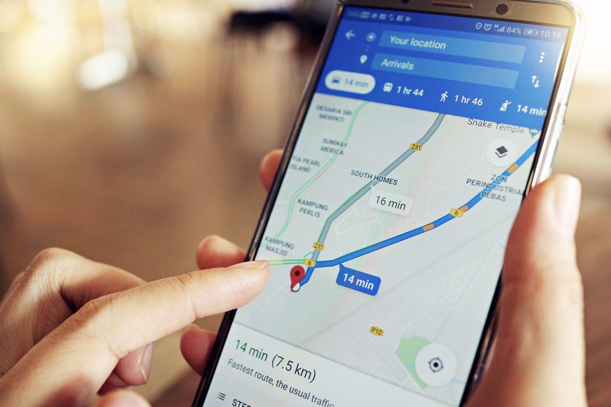 Ein Smartphone, auf dem gerade mit Google Maps navigiert wird.