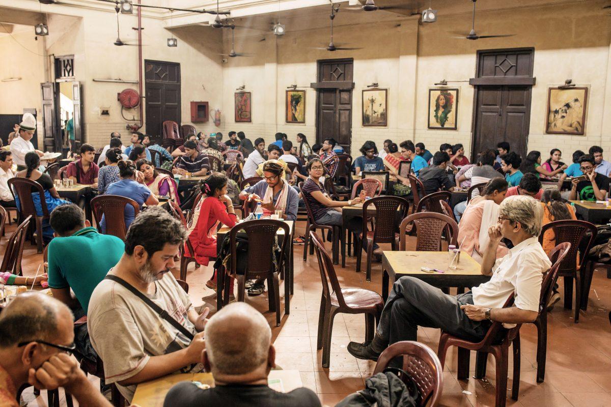 Indische Menschen sitzen in einem Café in Indien.