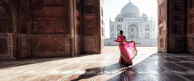 Eine Frau steht in einem Sari in einem Tempel in Indien. ©shutterstock.com