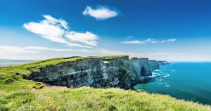 Cliffs of Moher in Irland bei blauem Himmel.