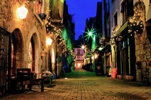 Beleuchtete Straße in Galway, Irland bei Nacht.