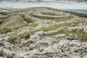 Die Karstlandschaft Burren in Irland.