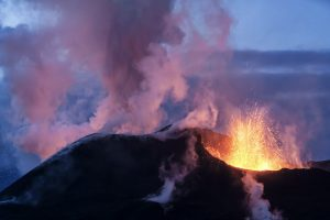 Ausbrechender Eyjafjallajökull, Lava und Rauch, Island