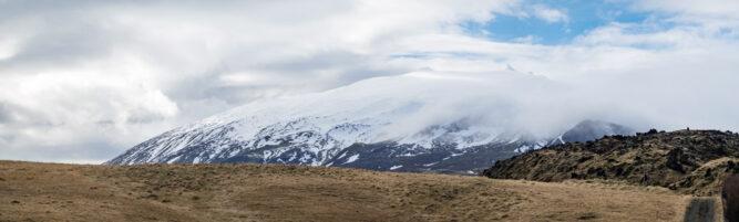 Blick auf Snæfellsjökull Vulkan mit schneebedeckter, wolkenverhangener Spitze. Island