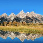 Im Vordergrund ein wunderschöner See, hinten die riesigen Berge. © Jairph