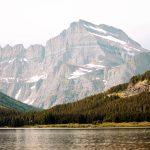 Ein See, Wald und ein riesiger Berg, Glacier Nationalpark. © Jenny Caywood
